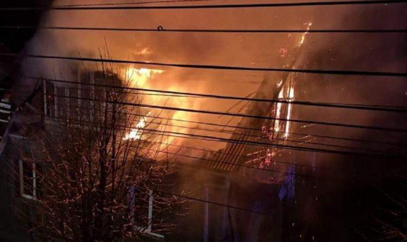 Incendiu devastator în noaptea de Înviere. O casă a fost mistuită de flăcări uriașe în Suceava