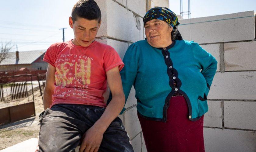 Puștiul care este un adevărat exemplu pentru români. Cum își construiește singur o casă, la doar 16 ani