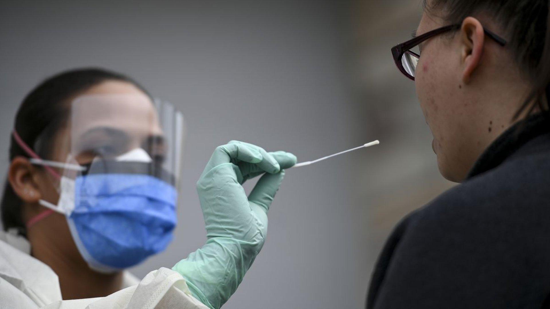Un bărbat suspectat de coronavirus a murit la domiciliul său