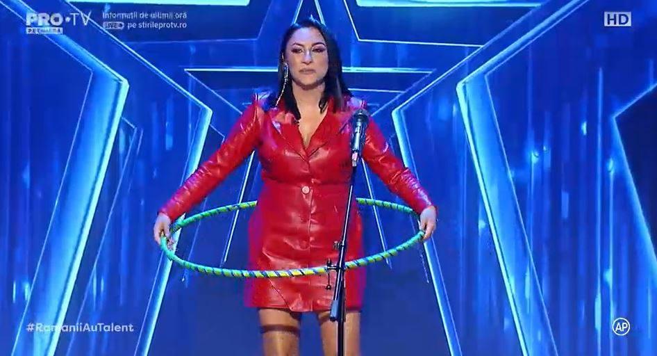 Andra, încercând-șu norocul cu cercul pe scena de la Românii au Talent