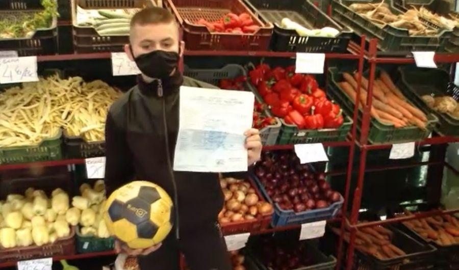 Momentan, Gigi Becali Fabrițio vinde legume într-o piață din Cluj, dar visează să ajungă fotbalist Captură Pro TV