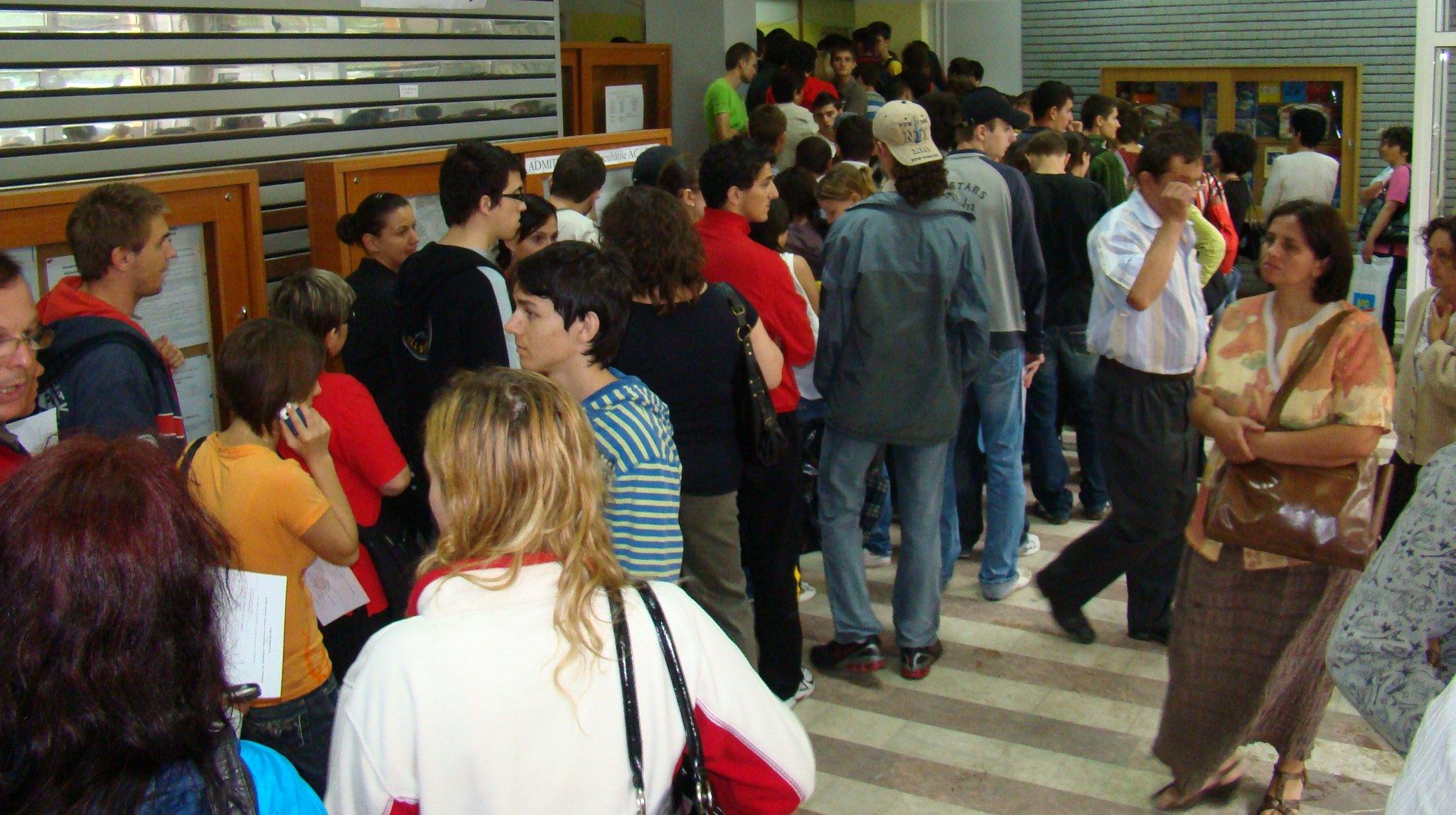 Studenți aflați la înscriere.