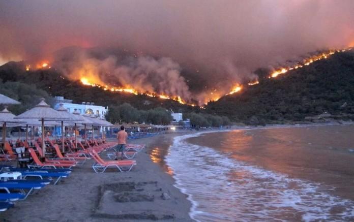 Pădure de pe malul mării în flăcări