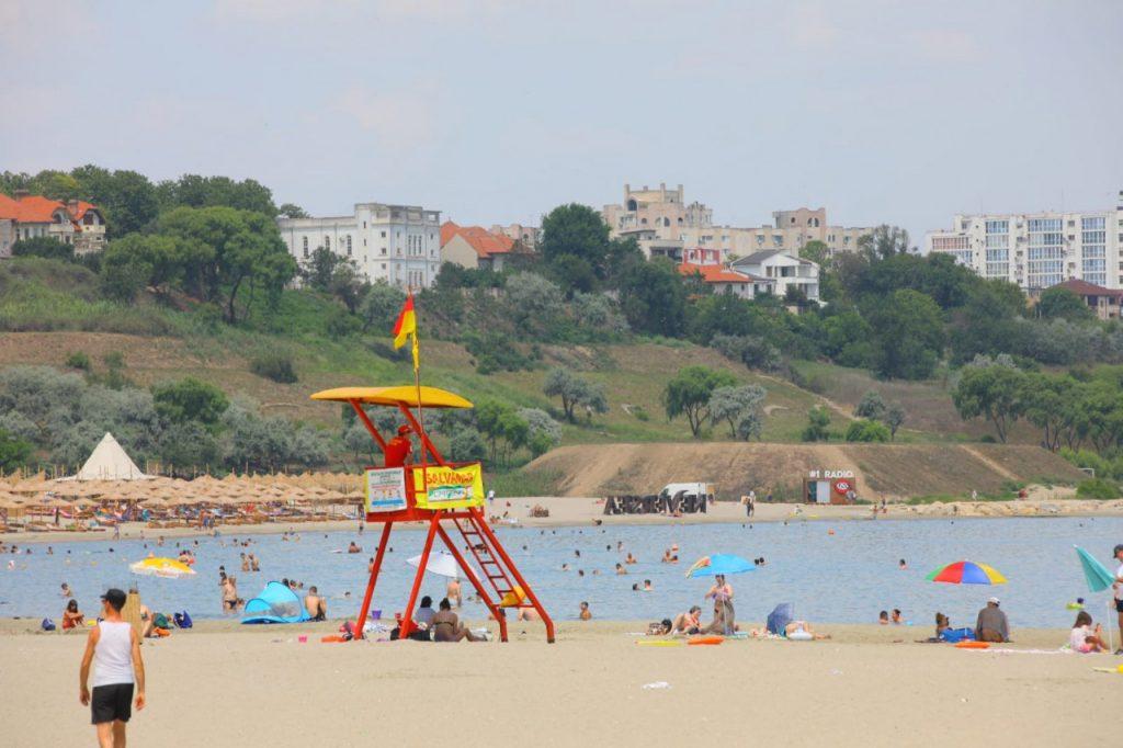 Stațiune de pe litoral plină de turiști.