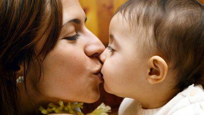 De ce nu e bine să îți pupi copilul pe gură. Cum explică psihologii acest gest