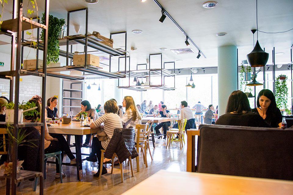 Restaurantele și-ar putea relua activitatea și în interior, săptămâna viitoare