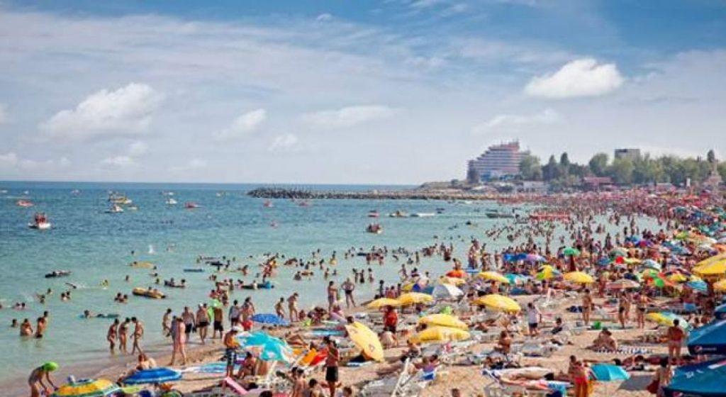 Plaja plină cu turiști.