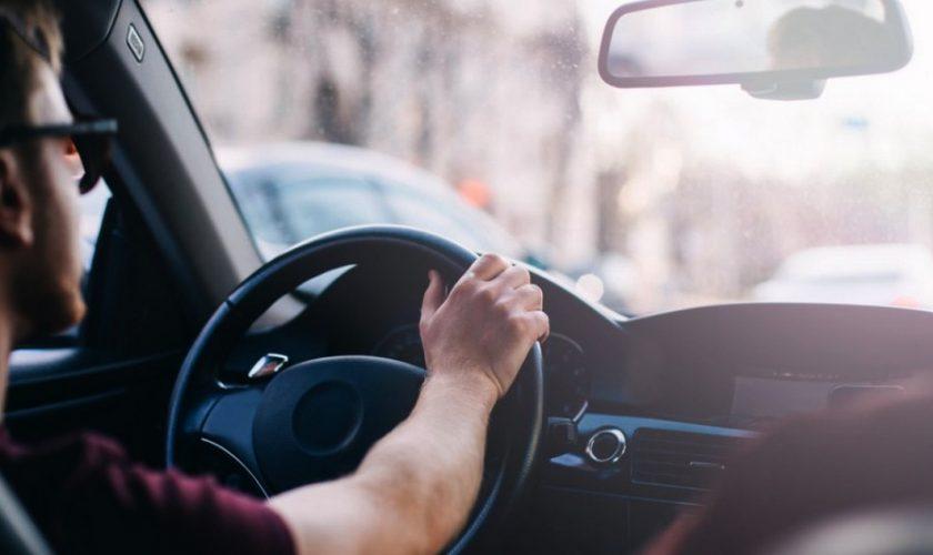 Atenție, șoferi! Ce se întâmplă dacă lași o sticlă cu dezinfectant în mașină, când e caniculă