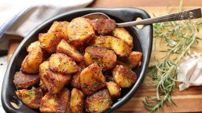 Cea mai bună rețetă de cartofi copți. Ingredientul secret care face toată diferența