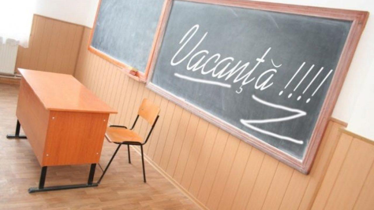 Tablă și catedră într-o sală de clasă