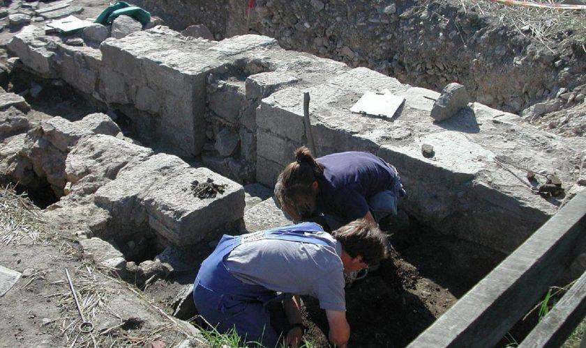 Cenușă umană, descoperită de arheologii din Timiș în două morminte