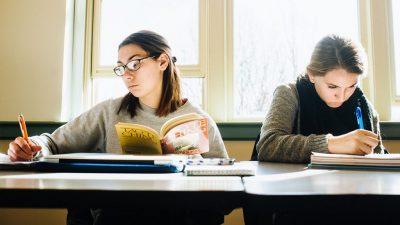 Cât de mult depinde salariul tău de o diplomă universitară. Câți bani iei fără facultate