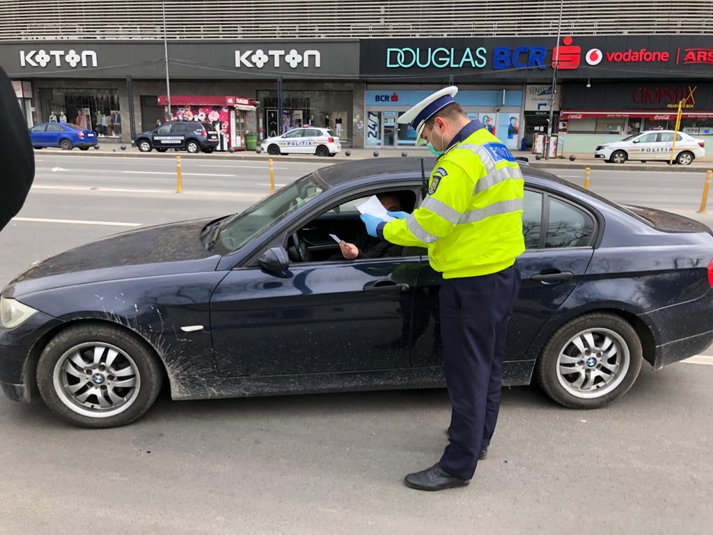 Mașină oprită de poliție pentru control documente.