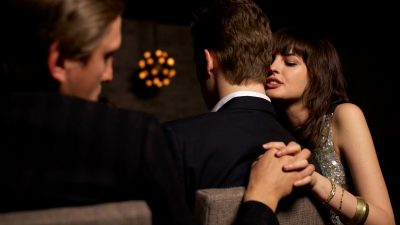 Cum îți dai seama că te înșală, uitându-te doar la mâinile partenerului. Detaliul care scoate infidelitatea la iveală