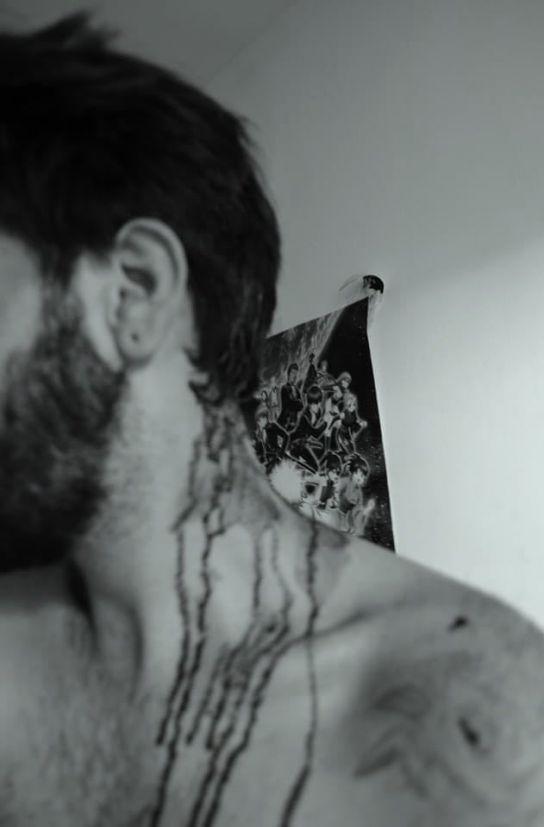 Bărbat cu sânge pe gât