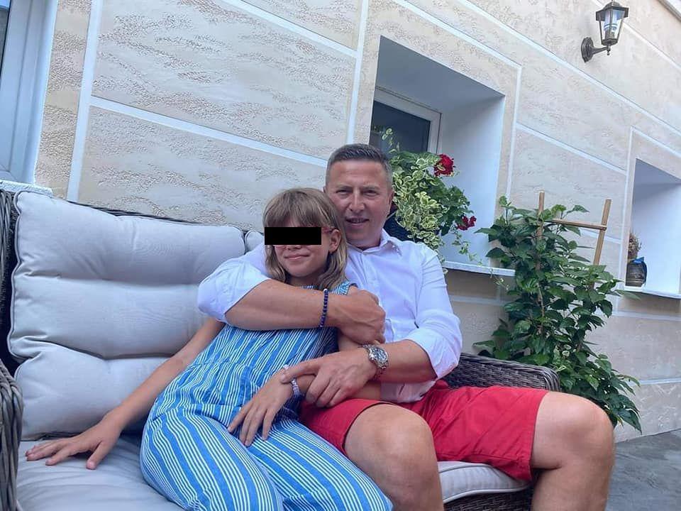 Bărbat își strânge fiica în brațe