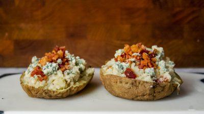 Cele mai ușoare 3 rețete de cartofi copți cu usturoi și brânză cu mucegai