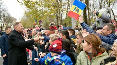 Cine sunt oamenii cu care Klaus Iohannis dă mâna în mulțime, de fapt! Nu, nu sunt oameni de rând