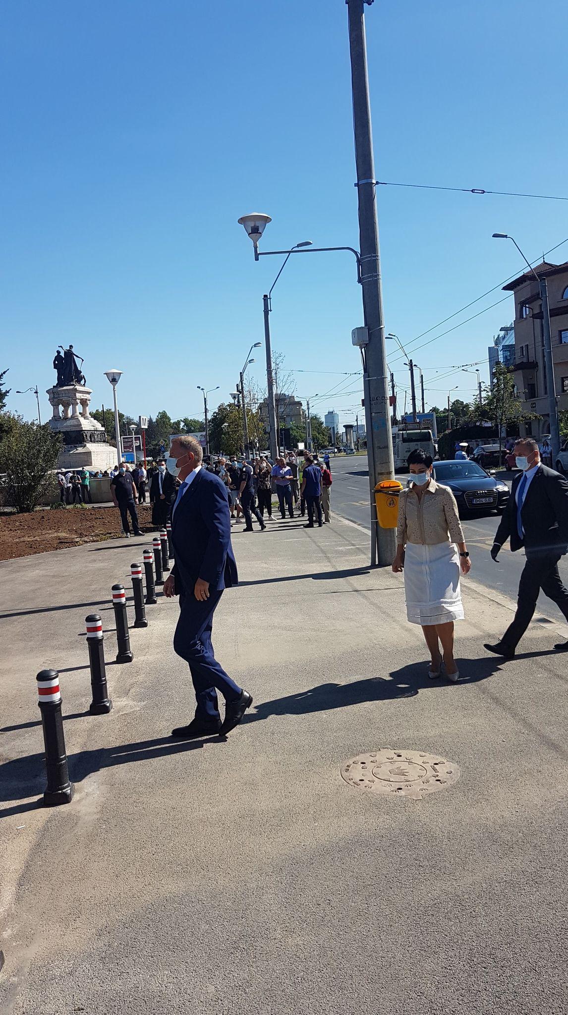 Cu cine a venit Klaus Iohannis la deschiderea metroului din Drumul Taberei. Toti oamenii prezenti au observat-o