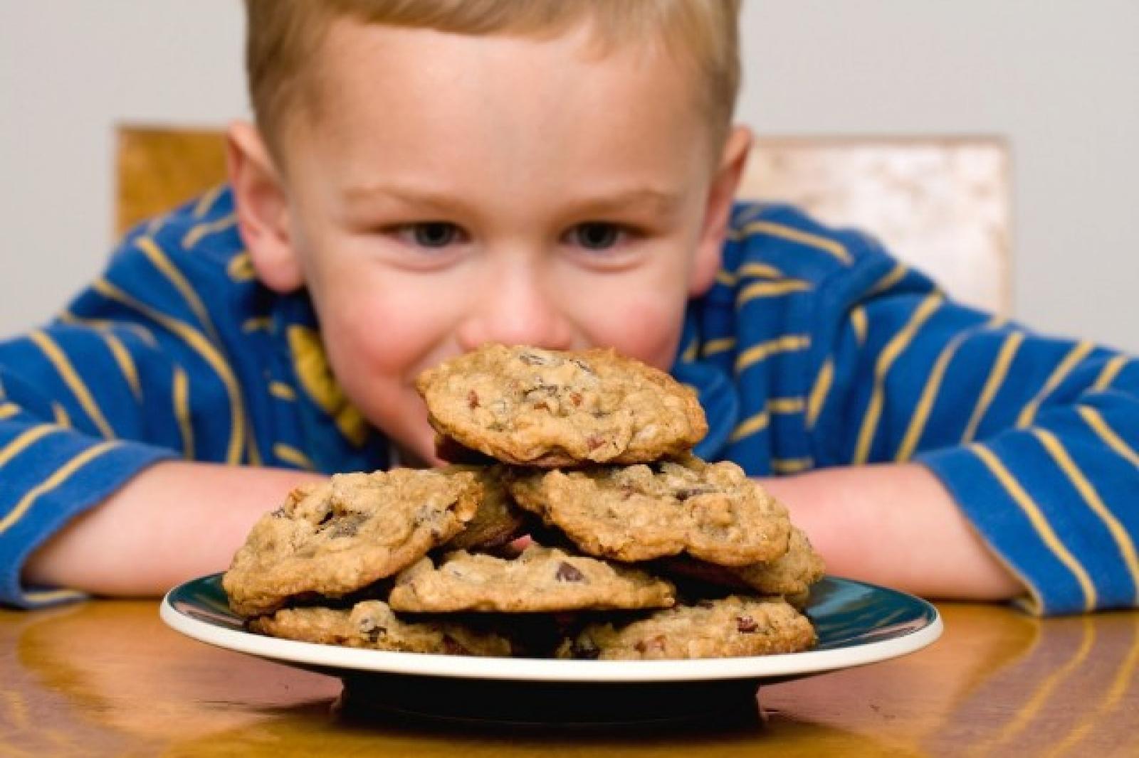 Copil și biscuiți
