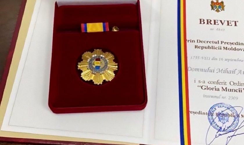 """Interlop, decorat de președintele țării cu Ordinul """"Gloria Muncii"""". Cum își scuză autoritățile din Moldova gestul frapant"""