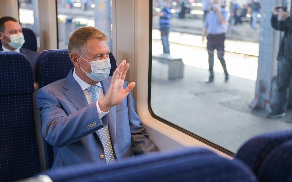 Klaus Iohannis a mers cu trenul la Otopeni. Ce a putut să spună fix când trenul a ieșit din gară