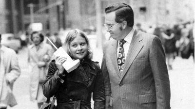 Primul telefon mobil avea aproape un kilogram. Cum arăta el la lansare, acum 37 de ani