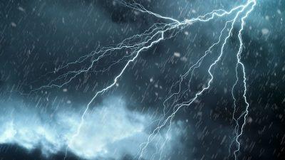 Unde vin fenomene meteo extreme. Cod roșu și precipitații de 300 litri/mp în următoarele zile