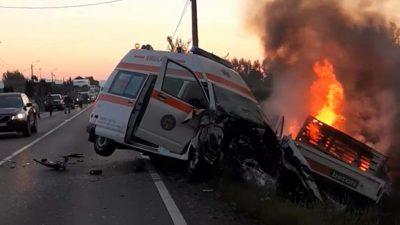 Accident mortal la Satu Mare, după ce o camionetă s-a izbit frontal de o Ambulanță în misiune. Două persoane și-au pierdut viața în chinuri groaznice