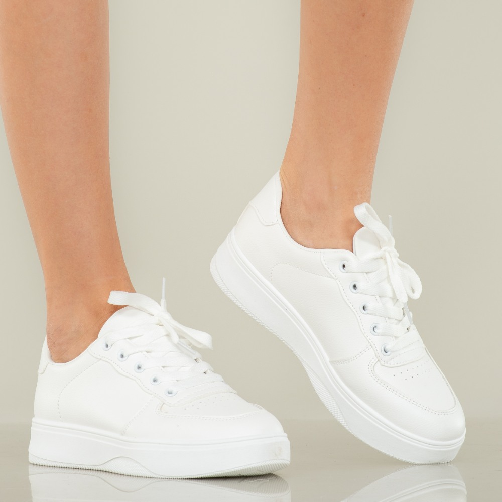 Adidasii albi sunt foarte pretentiosi