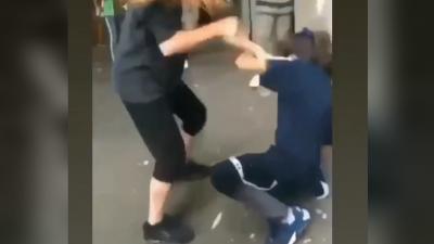 VIDEO Fată din Deva, bătută și umilită de colegii ei. La scenă s-au adunat zeci de copii care nu au intervenit