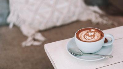 Ce se întâmplă dacă pui sare în cafea. Trucul pe care îl folosesc tot mai mulți români