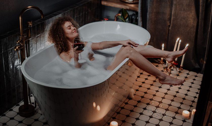 Ce se întâmplă dacă faci baie în 2 litri de apă oxigenată. Trucul genial pe care femeile tinere trebuie să îl afle