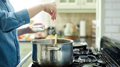 Ce se întâmplă în corpul tău dacă consumi prea multă sare. Specialiștii trag un semnal de alarmă!