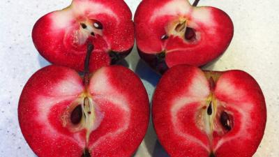 Mărul bizar care e la mare cerere în lume. De ce e roșu-sângeriu, de fapt, și ce gust are