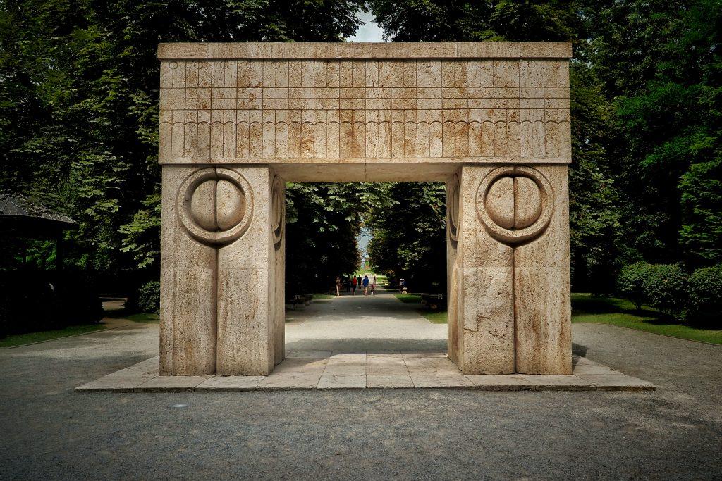 Poarta Sărutului -  (începerea construcției în 27 octombrie 1938 și inaugurată în 20 septembrie 1938_
