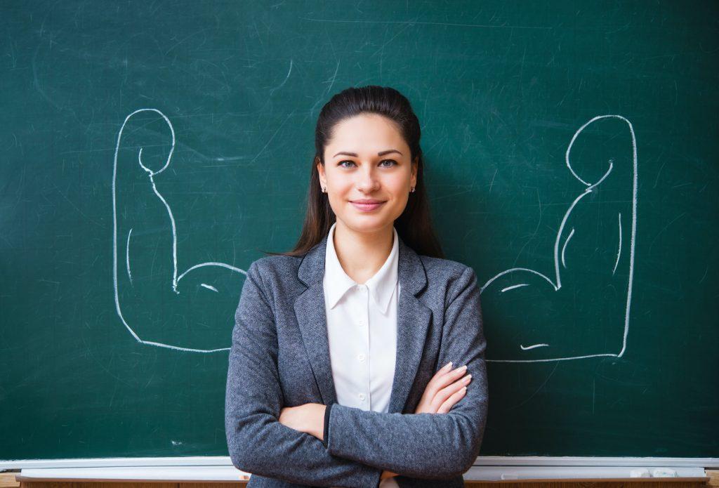 O profesoară în fața unei table.