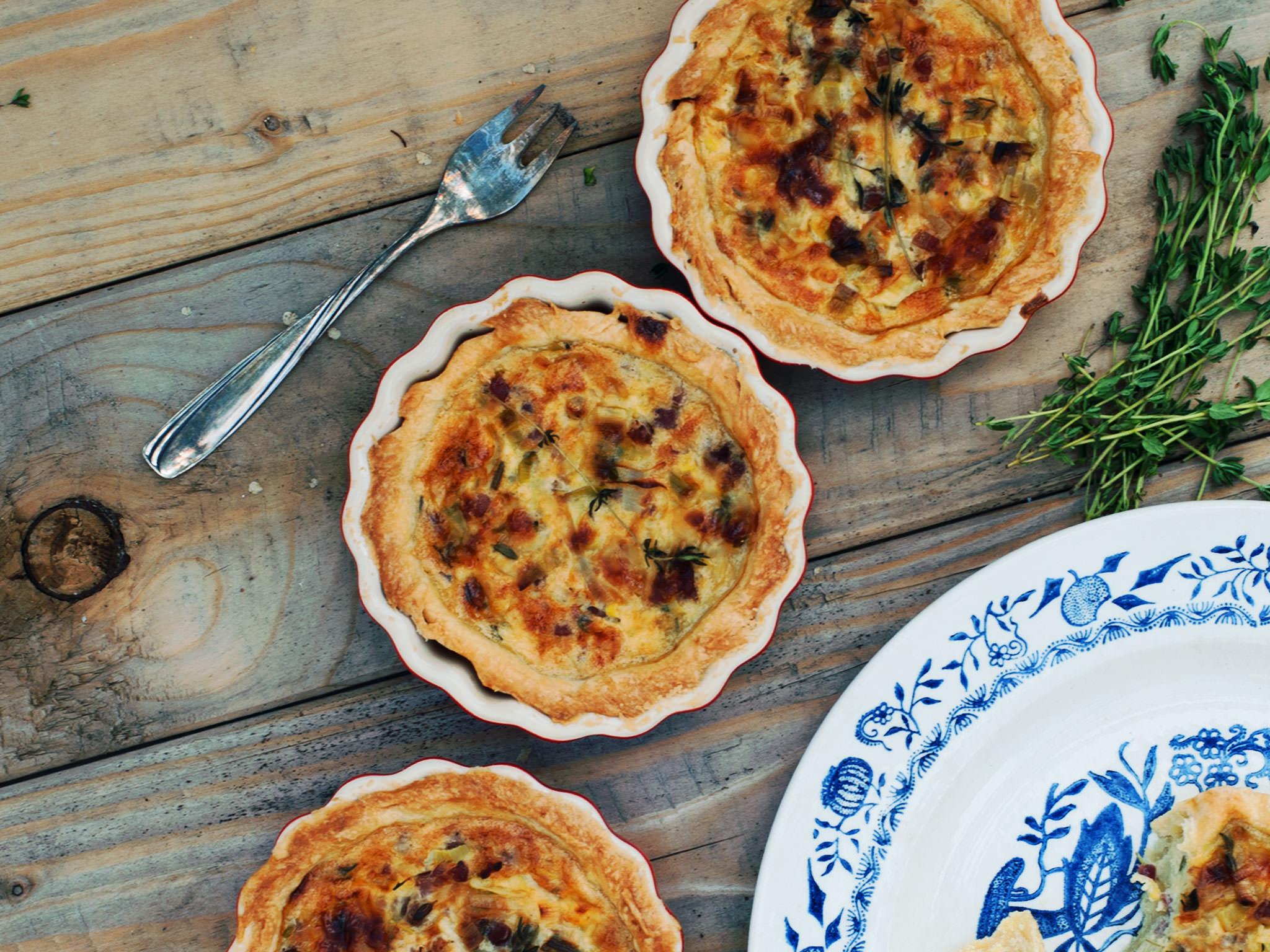 Quiche Lorraine cu spanac, brânză și bacon- rețetă tradițională franțuzească de tartă sărată