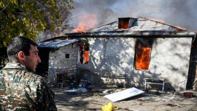 """Tactica """"pământului pârjolit"""". Oamenii își dau foc la case și mută chiar și mormintele. De ce"""