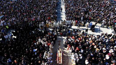Mitropolitul din Balcani a murit de Covid-19. Gesturile șocante ale oamenilor de la priveghi