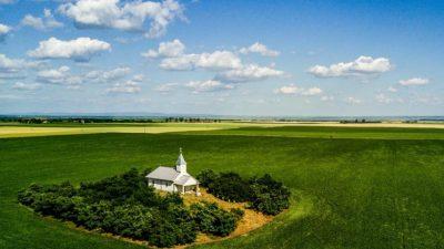 Biserica misterioasă din România care e în pustietate. Legenda spune că ușile se deschid singure, o dată pe an