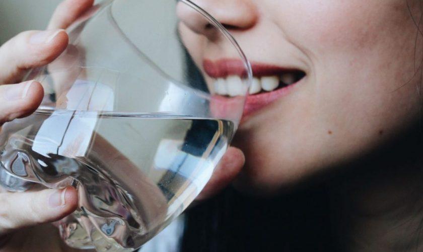 Ce se întâmplă în corpul tău dacă bei doar apă pentru 30 de zile. Urmarea e incredibilă