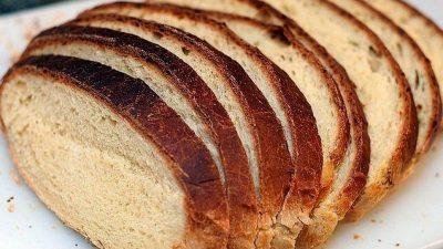 Greșelile alimentare pe care le fac toți românii. Cum se mănâncă pâinea corect, de fapt