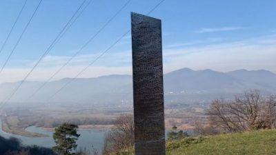 Monolitul din Piatra Neamț a dispărut ca cel din America. Cine l-ar fi făcut pe al nostru, de fapt