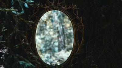 Ce se întâmplă, de fapt, dacă te uiți în oglindă noaptea. De ce trebuie să aprinzi becul imediat