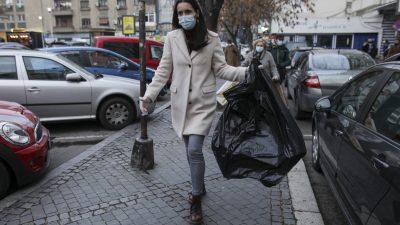 """Clotilde Armand, huiduită de părinții elevilor din sectorul 1. Proteste uriașe în fața Primăriei: """"Să se ridice și să iasă afară să vorbim"""""""