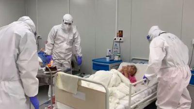 Video emoționant. Pacientă în vârstă de 94 de ani, sărbătorită la Spitalul Covid din Lețcani. Ce surpriză i-au pregătit medicii