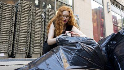 Mesajul secret găsit de o femeie pe coșul de gunoi. Atenție, sună la poliție dacă vezi așa ceva