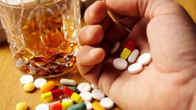 Ce se întâmplă în corp dacă bei alcool și iei pastile, de fapt. Specialiștii trag un semnal de alarmă