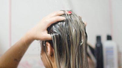 Ce se întâmplă de fapt dacă adaugi bicarbonat de sodiu atunci când îți speli părul. Trucul nebănuit